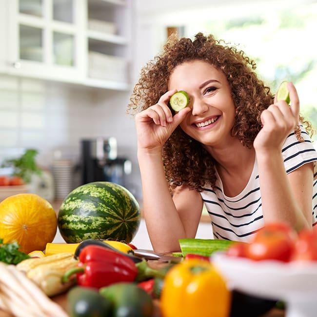 Ein Mitglied hält Obst in die Kamera