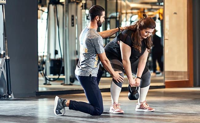 Mitglied trainiert mit Ihrem Personal Trainer