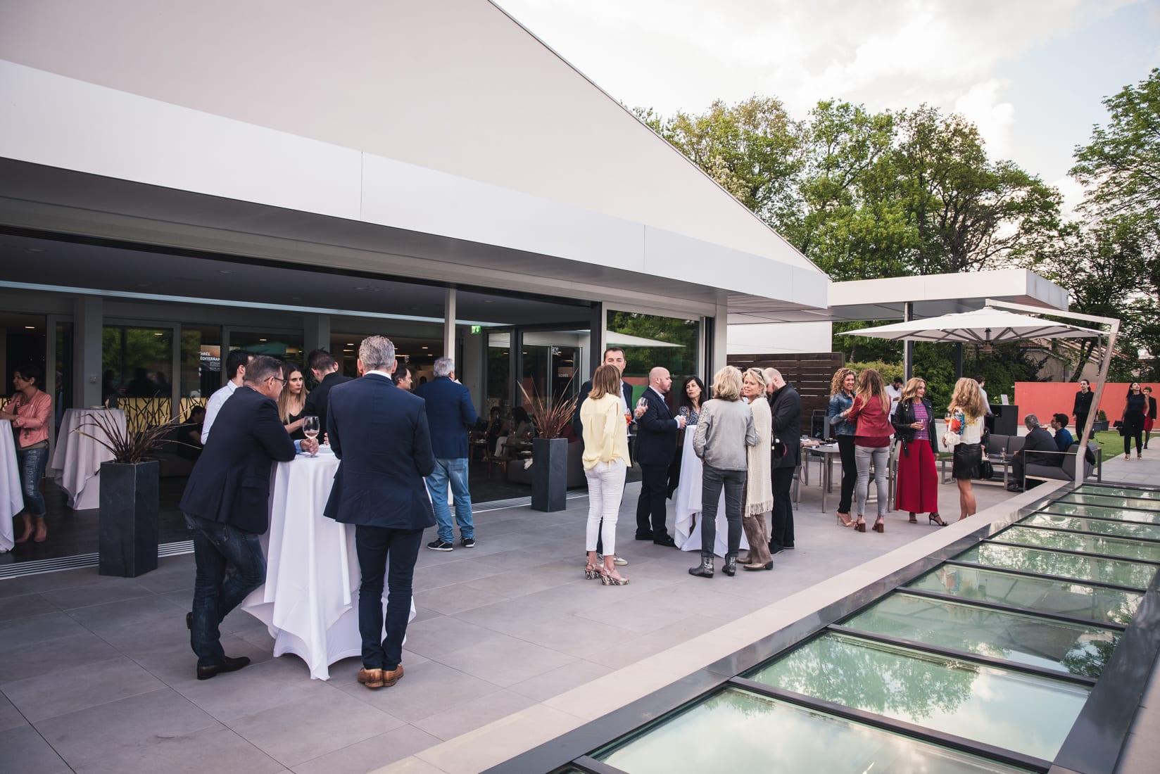 Des invités qui se dicutent lors d'un événement au Country Club Geneva.