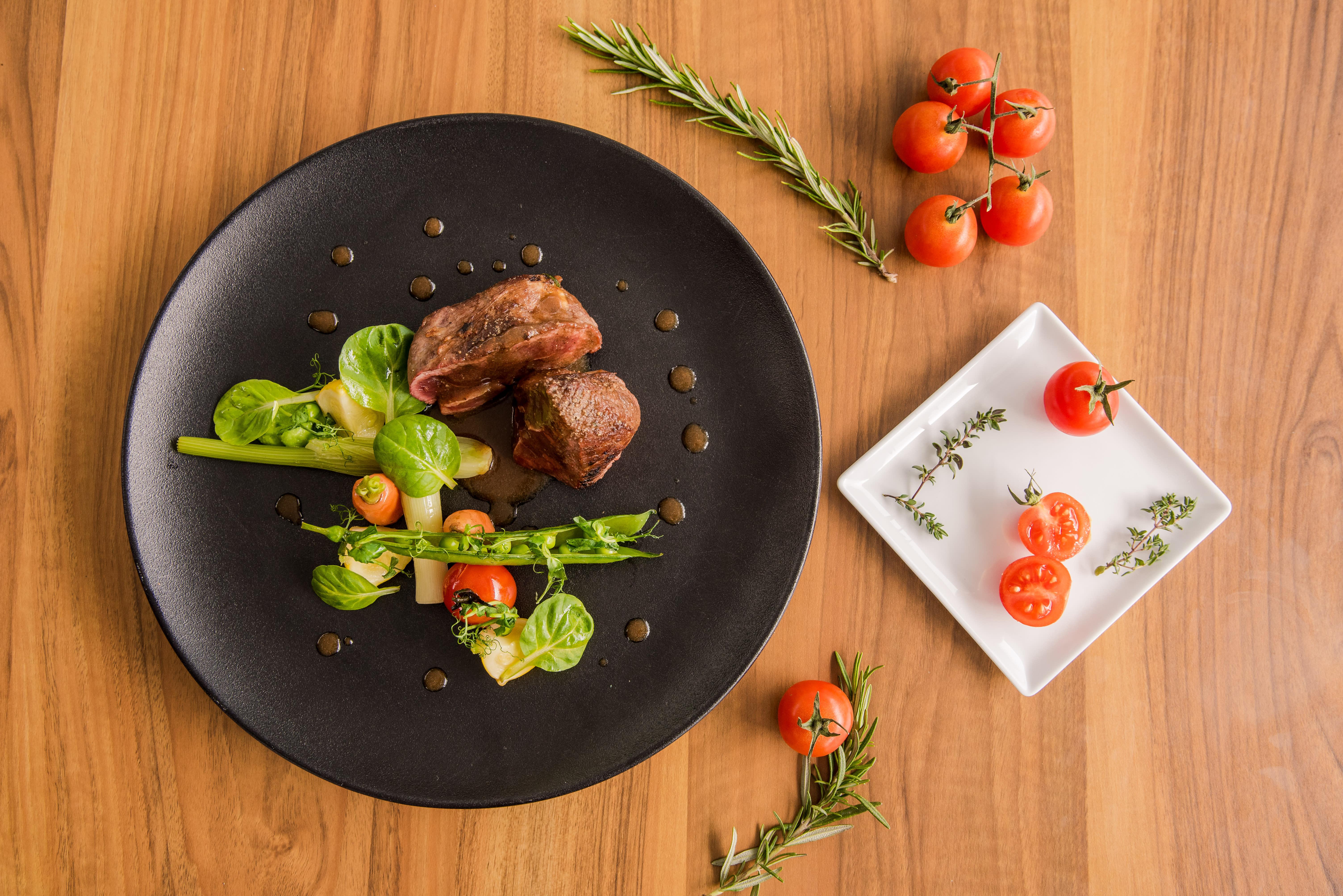 Un filet de steak avec des légumes.