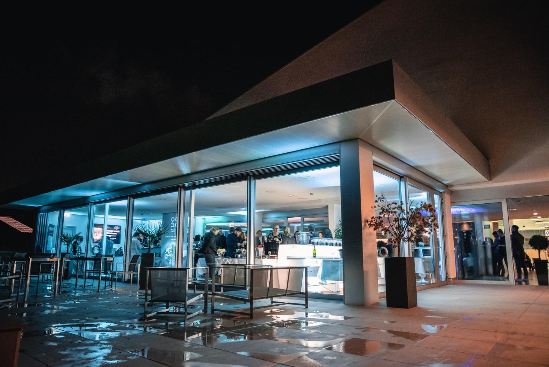 Vue de l'extérieur du restaurant la nuit.