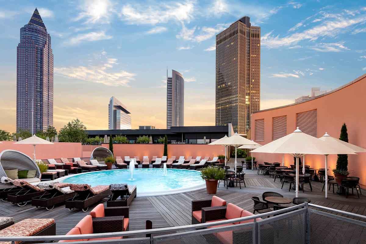 Dachterrasse mit Pool im Meridian Skyline Plaza